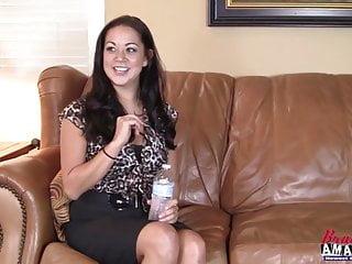 Calda ragazza tettona si masturba la figa durante l intervista