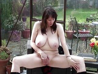 Procace madre matura naturale con figa bagnata