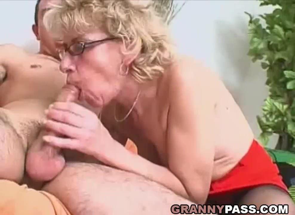 Szemüveges nagymama szexvideója a fiával