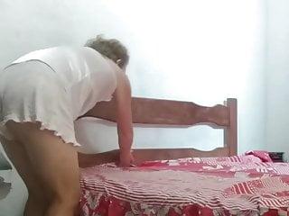 Celebrity Flash Upskirt video: FAZENDO A CAMA, UPSKIRT, BRALESS