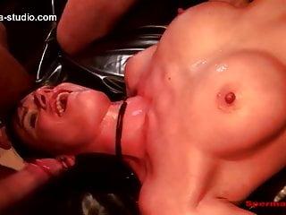 Leonie Lasalle beim Sperma Gangbang gefistet und zerfickt