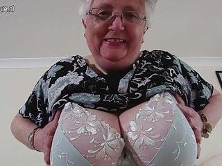 Nonna britannica dal seno grosso che gioca con se stessa