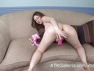 Megan si scopa la figa con un giocattolo