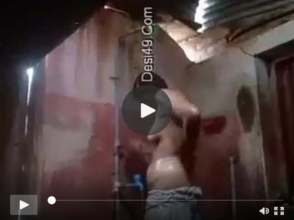उत्तर भारतीय लड़की नहाती हुई