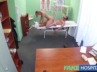 FakeHospital Il nuovo dottore mette la MILF arrapata nuda e bagnata