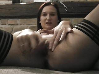 Hausfrau aus Wien wichst sich ungeduldig