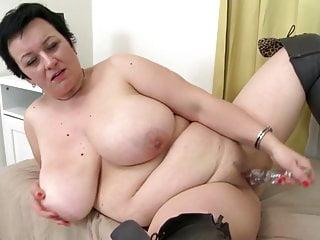 Madre di dimensioni super con grandi tette e fica affamata