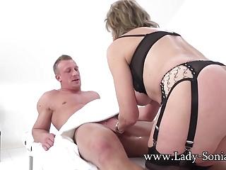 La milf britannica Sonia fa un massaggio e viene scopata bene