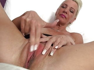 Nonna tettona con grande vagina assetata