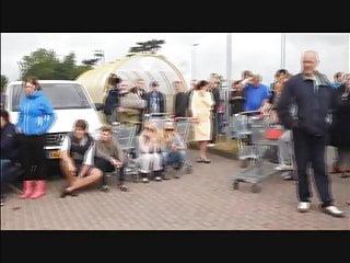 Deutsche ziehen sich im Laden fur Gratisware aus