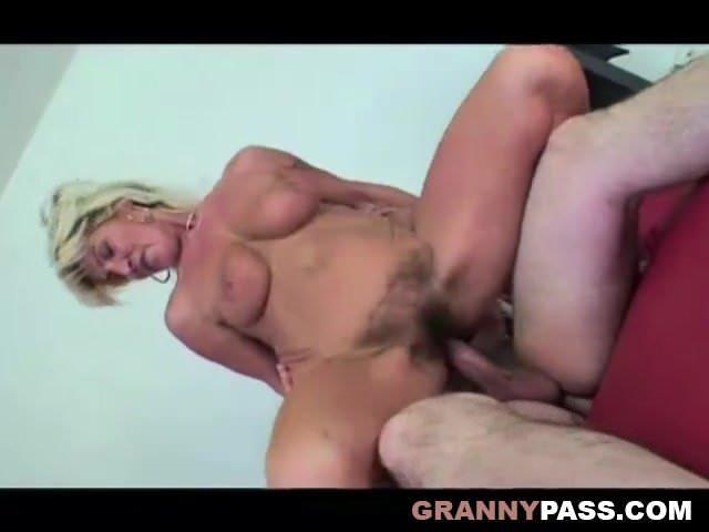 Anya fia szex szőrös pinával és nagy cicivel szex videó