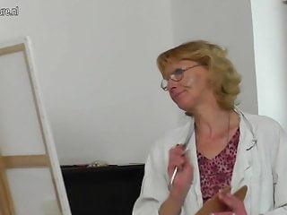 La vecchia nonna si fa scopare dal suo giovane modello