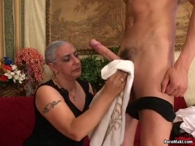 Molett anyuka popsi szex videója a fiával