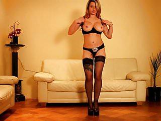 Geile Hausfrau strippt im Wohnzimmer! - Bild 8