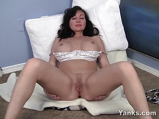 MILF Yanks Meaty Leah's Muffin