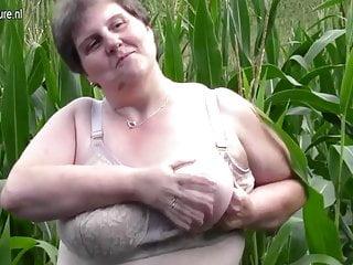 La vecchia madre grassa e grassa si scopa all aperto