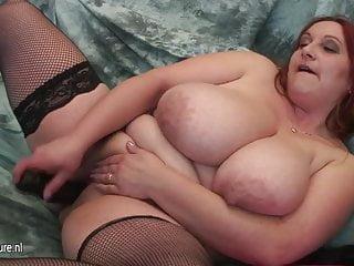 Mamma matura con MOLTE GRANDI TITTE e il suo cazzo di gomma