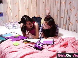 Le ragazze adolescenti della West Lesbian si leccano il dito e leccano fiche pelose