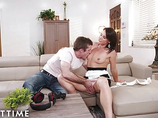 MILF Stepmom Comes Onto Me And Wants Me To Cum On Her Face