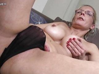 Nonna sexy con un grosso dildo