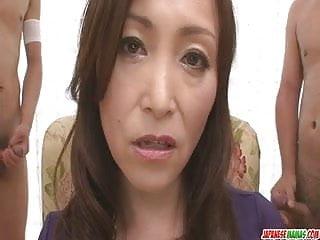 Miyama Ranko吸吮她的兩隻雞巴時摩擦她的貓