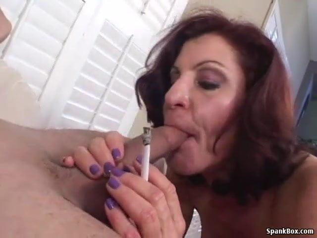 Szexi anyuka cigizés közben szopta le a fia nagy faszát szex videó
