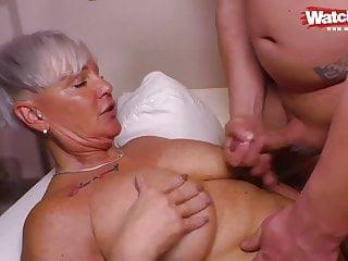 Geile Oma 56 bumst jungen Spritzer