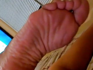 perfect wrinkled soles on bed