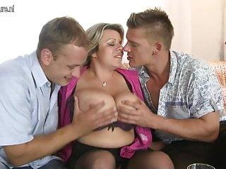 Mamma dal seno grande succhia e scopa due ragazzi