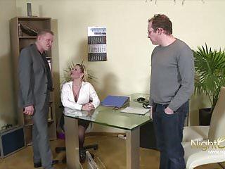 Chefin fickt Ihre 2 Mitarbeiter