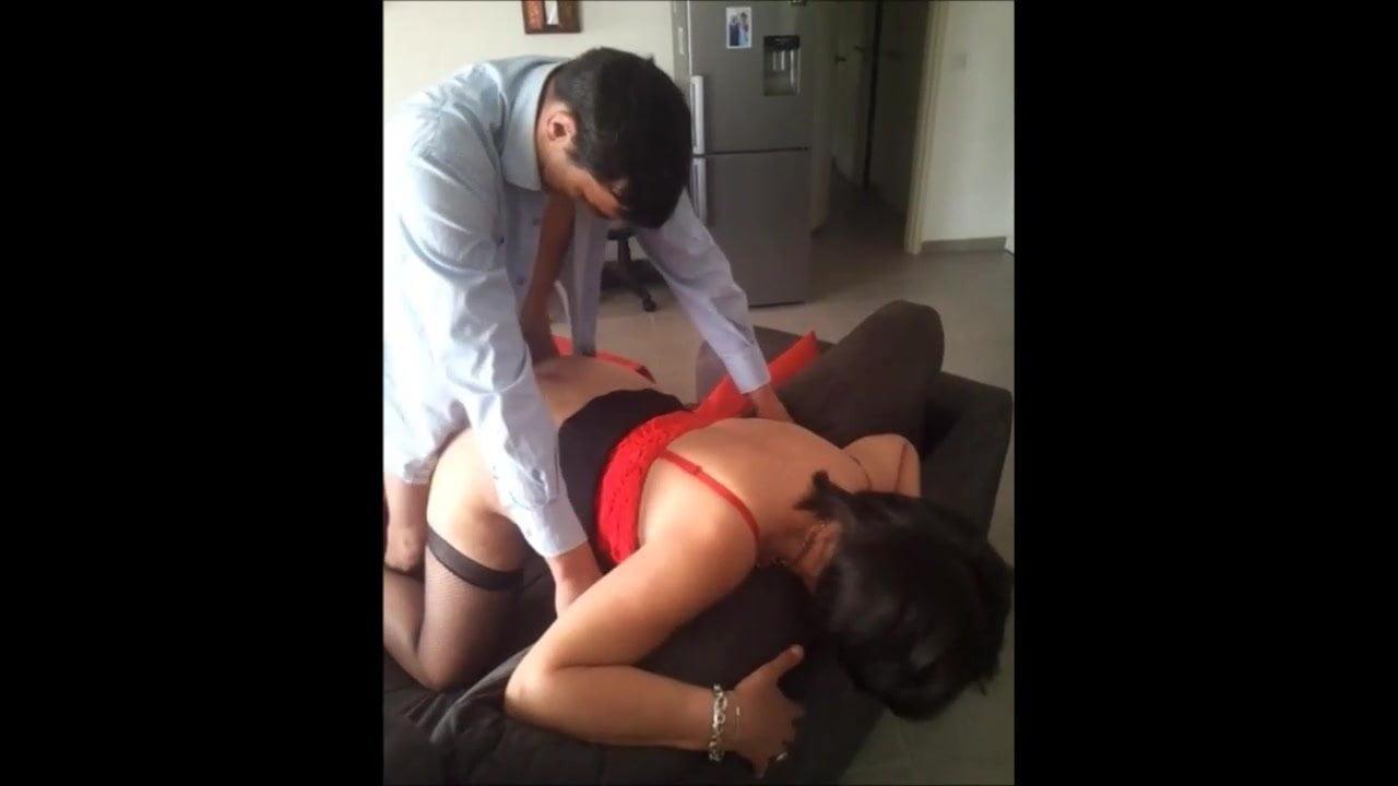 Un vieil impuissant paie un mec pour qu'il baise sa femme