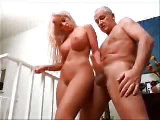 Geile junge Blondine wixxt den alten Opa ab