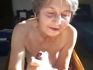 Oma trekt lekker af en likt sperma...