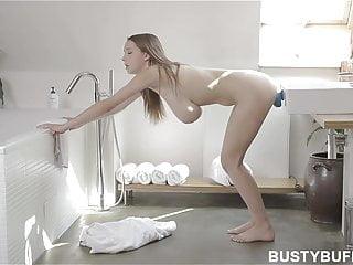 Procace Buffy si lava i denti e si masturba