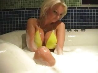Geile Blondine in der Badewanne - Hot Blonde in Bathtub