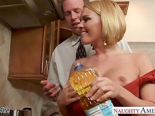 La moglie Chesty Krissy Lynn sborra in cucina