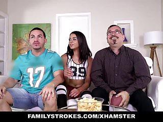 FamilyStrokes Cute Stepsis lampeggia tette e scopa Stepbro
