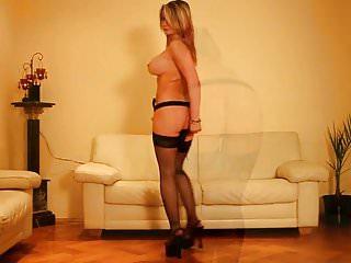 Geile Hausfrau strippt im Wohnzimmer!