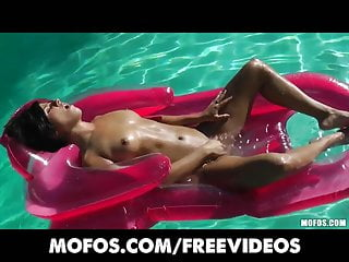 La bikini vestita di bruna si unge e si masturba in piscina