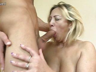 Mamma troia matura scopata dal suo giovane ragazzo
