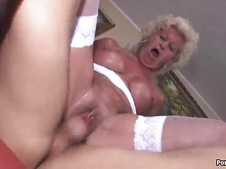 La nonna urla mentre viene scopata duramente