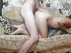 la 18enne cavalca il cazzo grosso sul divano di sua nonna Porn Videos