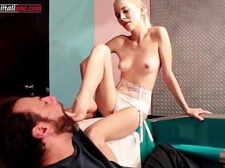 Elisas Nephew Part 3 Skinny Girl Leccare a piedi nudi