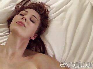 Big Tit Redhead in allattamento Giovane mamma orgasmi nel debutto porno