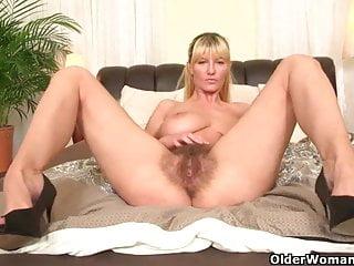 Le mamme del calcio con grandi tette e la figa pelosa si masturbano