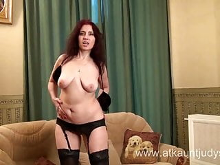 La sexy milf Karolina si masturba indossando calze nere