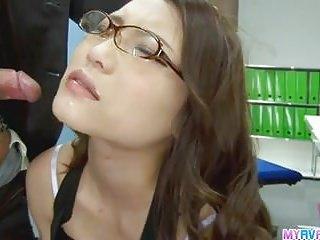 性感的辦公室小妞彎腰和搞砸鐵桿通過她的博