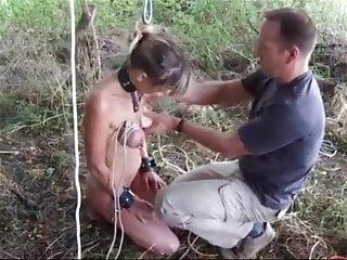 pendue par les seins