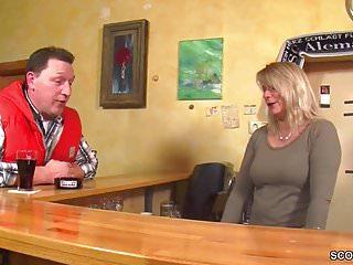 MILF Kellnerin direkt nach Feierabend in der Kneipe gefickt