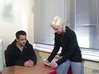 Extrem schlankes Teeny Girl bekommt einen Fick von ihm